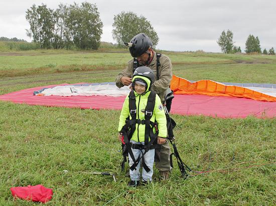 В Новосибирске вылечившиеся от рака дети  полетали на параплане